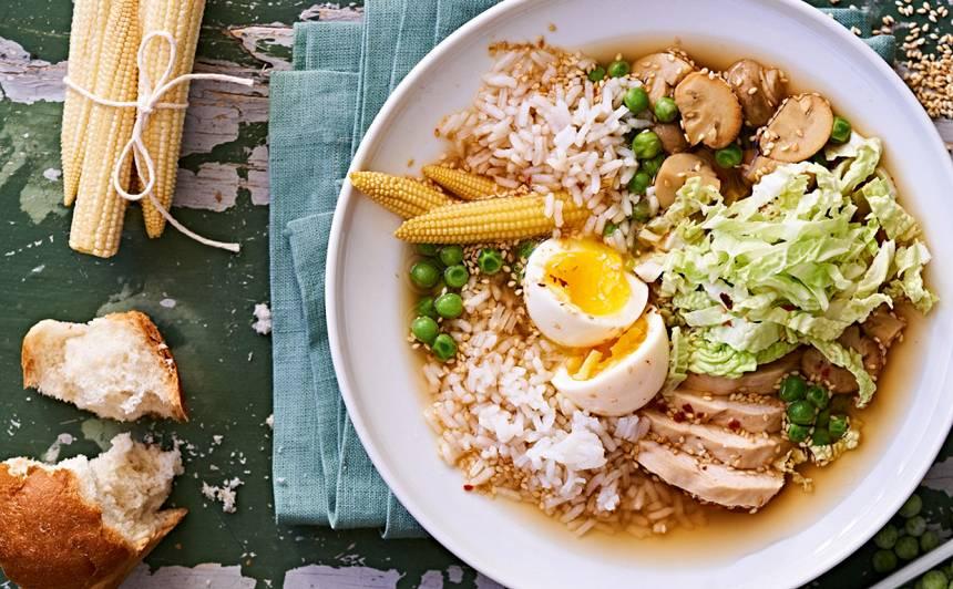 <strong>Austrumnieciskā vistas zupa</strong> ar rīsiem, sēnēm un olu