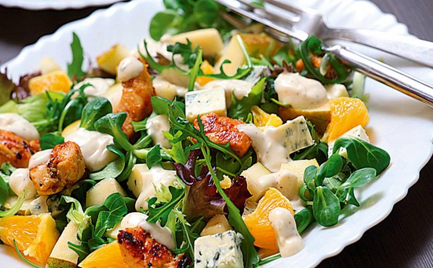 Svaigie salāti ar vistu un zilo sieru recepte