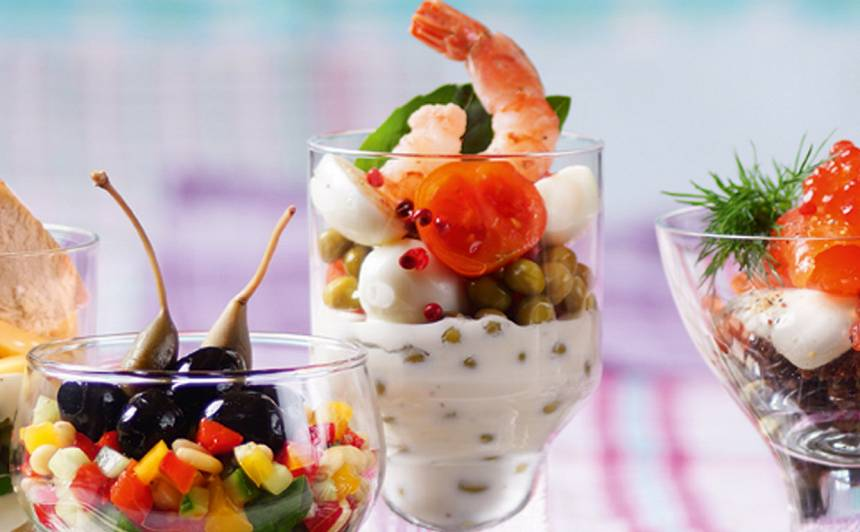 Salāti ar paipalu oliņām un garnelēm glāzē recepte