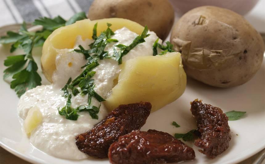 Kartupeļi biezpiena mērcē ar kaltētiem tomātiem recepte