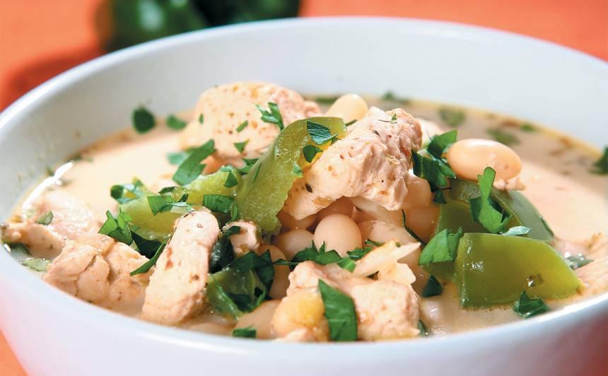 Balto pupiņu un vistas zupa