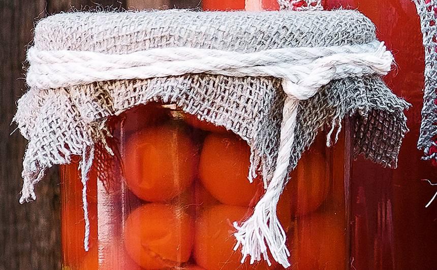 Marinēti tomāti ar garšaugiem receptes