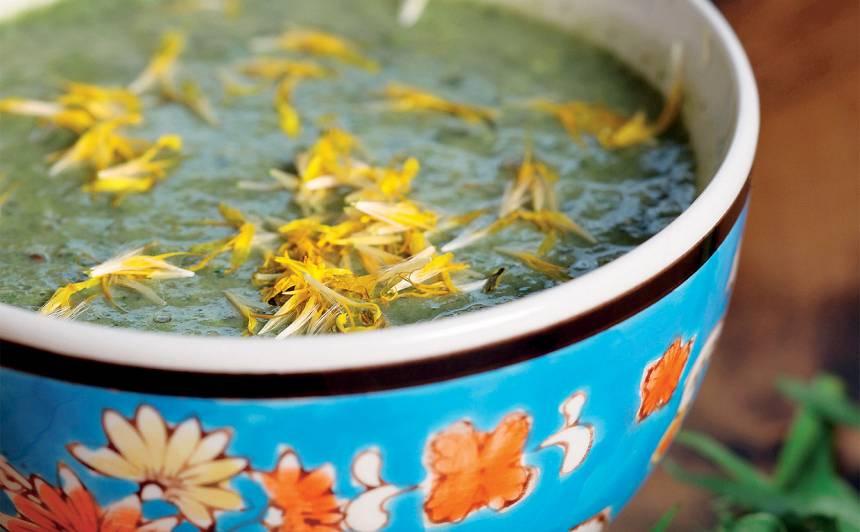 Zupa ar pieneņu zaļumiem