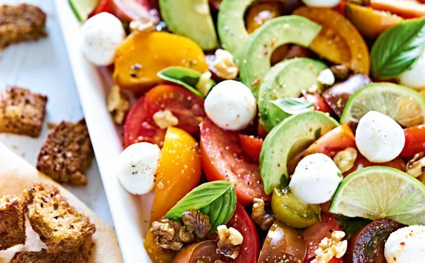 Tomātu salāti ar avokado un mini mocarellu recepte