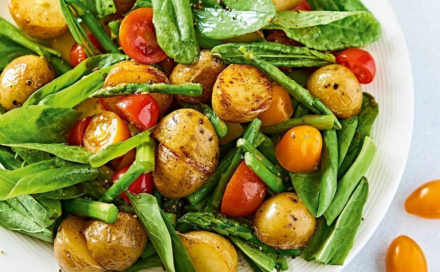 Siltie kartupeļu salāti ar skābenēm un sparģeļiem recepte