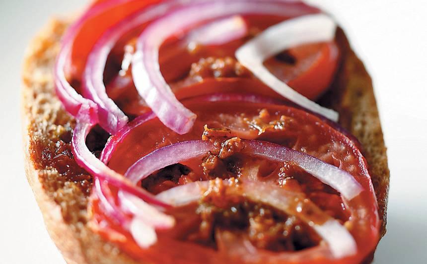 Karstās tomātmaizes ar pesto recepte