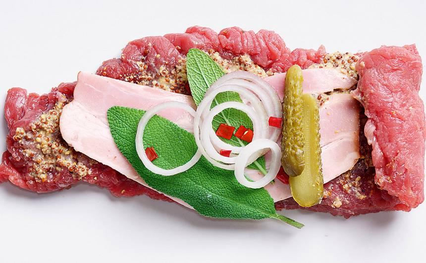 Liellopa gaļas ruletītes ar bekonu un gurķi recepte