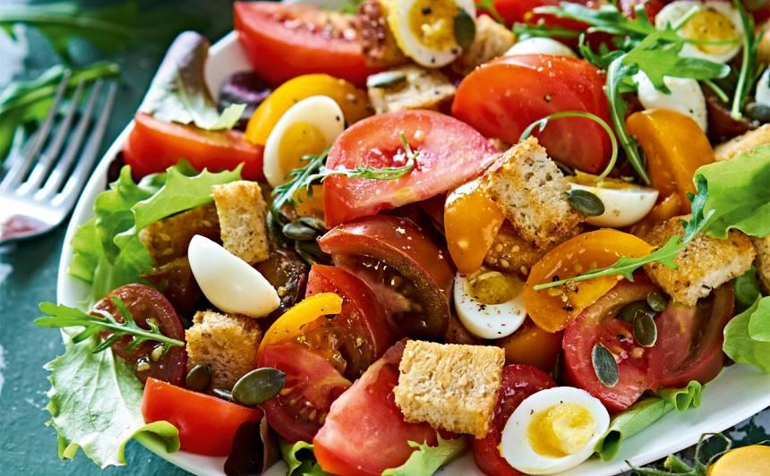 Tomātu salāti ar paipalu olām un grauzdiņiem recepte