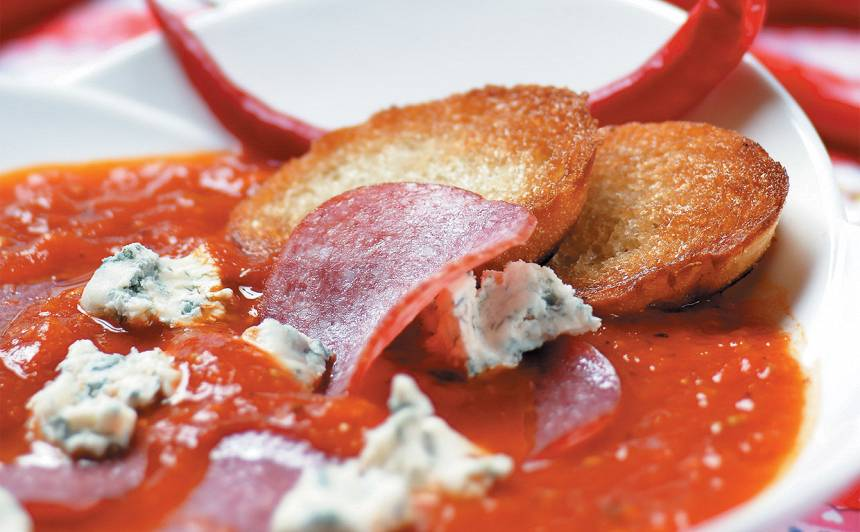 Tomātu zupa ar salami un sieru