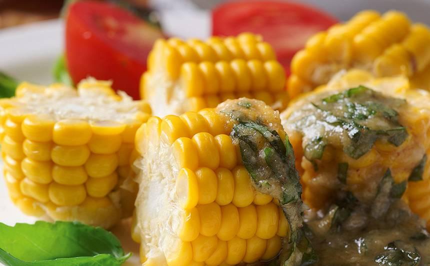Vārīta kukurūza ar pesto sviestu
