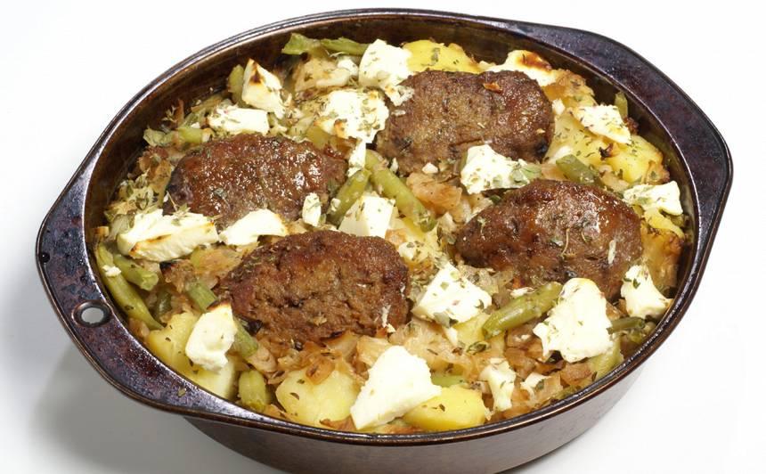 Kartupeļu, kotlešu sacepums ar pākšu pupiņām recepte