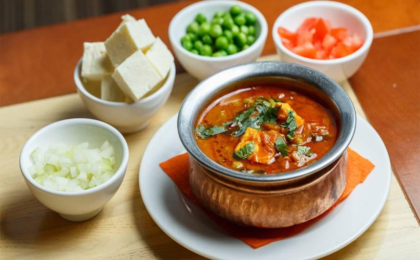 Matar Paneer (zaļie zirnīši ar mājas sieru) indiešu ēdiens