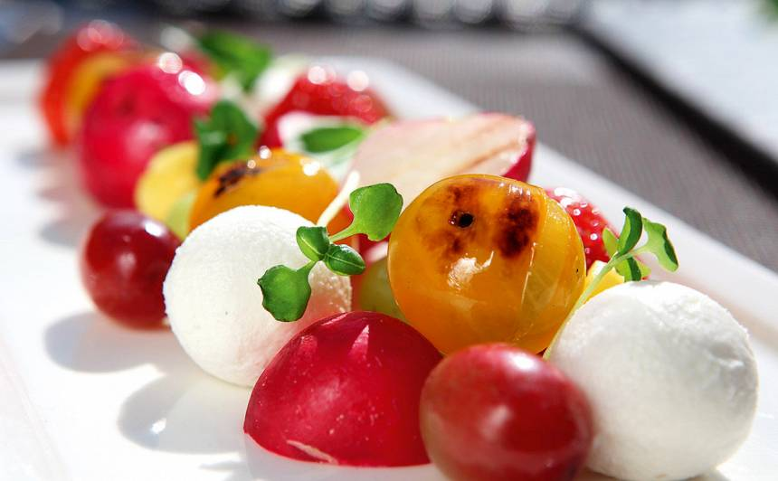 Grilēti dārzeņu un augļu salāti ar kazas sieru