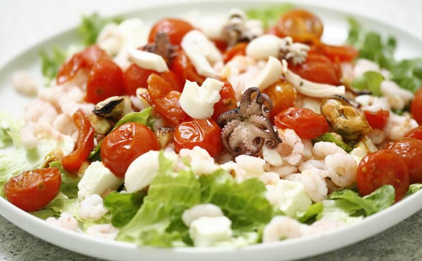 Jūras velšu salāti ar apceptiem tomātiem un fetu recepte