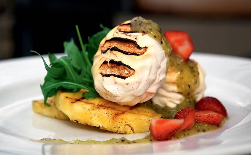 Grilēts zefīrs ar ananasu, rukolu un kivi mērci receptes