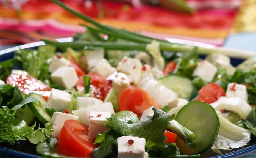 Cigoriņa salāti ar tomātiem un fetu recepte