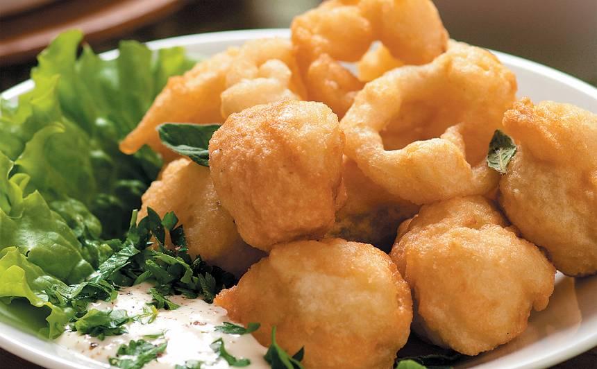 Kartupeļi ar sīpoliem alus mīklā recepte