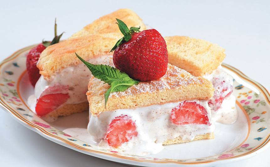 Saldējuma kūka ar zemenēm recepte