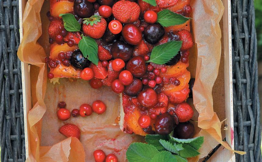 Pīrāgs ar ogām un augļiem želejā