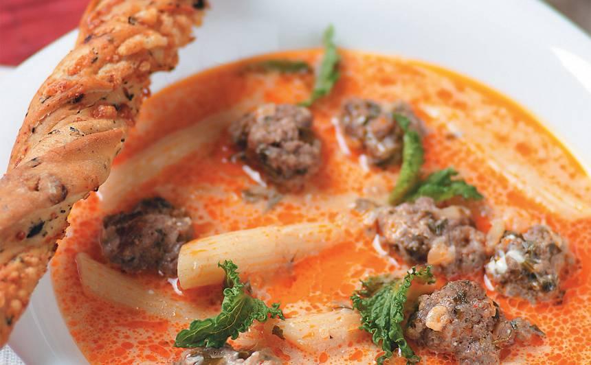 Makaronu zupa ar frikadelēm un ķiplokiem recepte