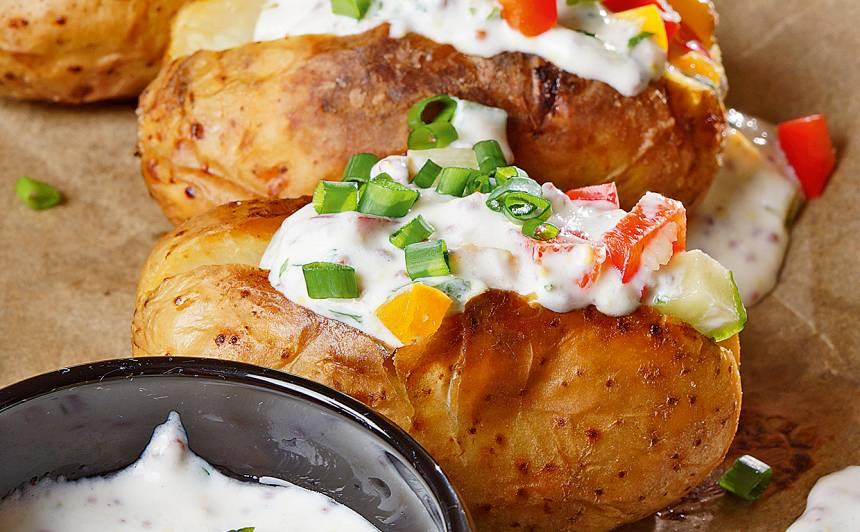 Pildīti kartupeļi ar jogurta un dārzeņu mērci