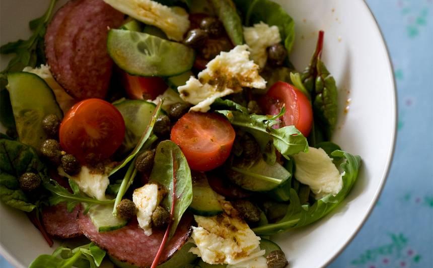 Maizes salāti ar sieru un salami itāliešu gaumē