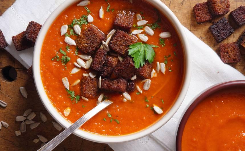 Tomātu un burkānu zupa ar grauzdiņiem recepte