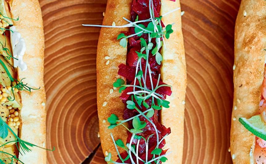 Hotdogs ar dedzinātu sviestu un brieža tartaru recepte