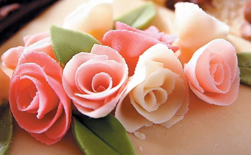 Tortes dekorēšana ar marcipānu recepte