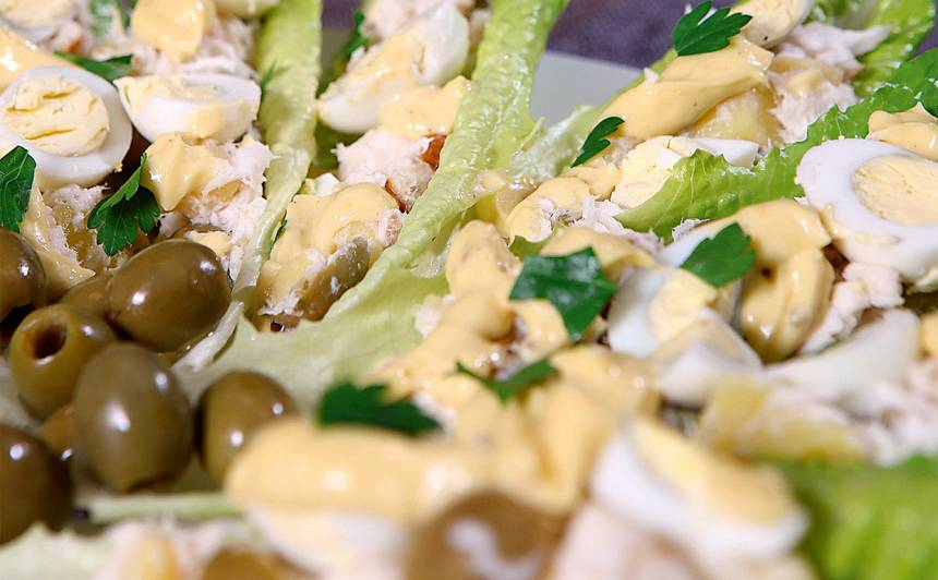 Romiešu salātu lapas ar kūpinātas zivs salātiem un majonēzi