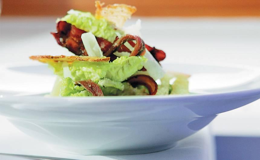 Cēzara salāti ar bekonu un anšoviem recepte