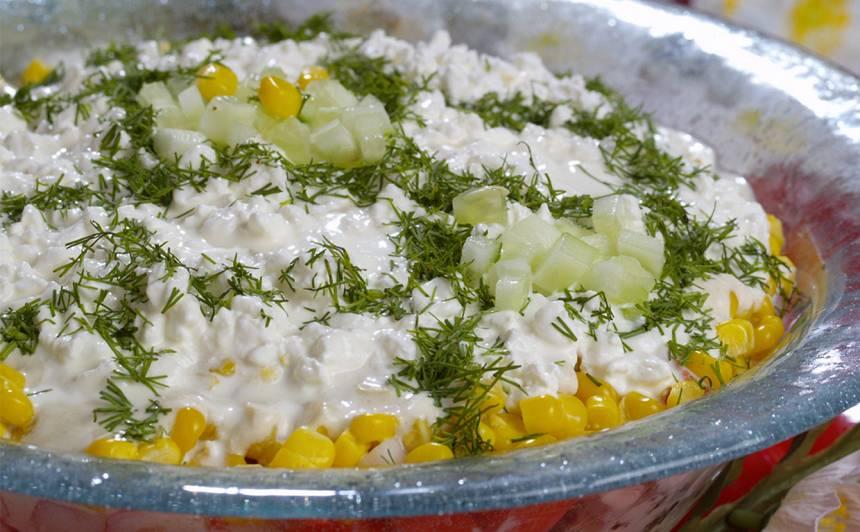 Mājas siera un krabju nūjiņu kārtojums ar krējuma mērci recepte