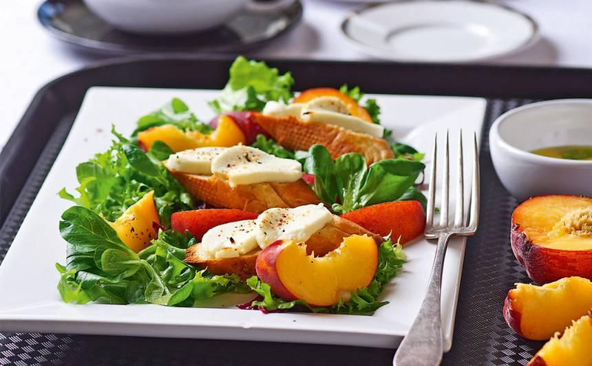 Salāti ar persikiem un kazas siera grauzdiņiem recepte