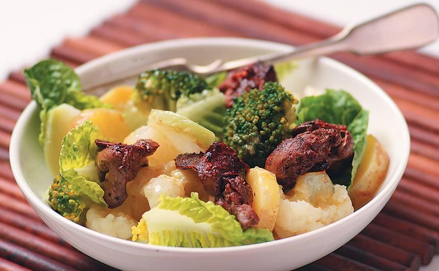 Dārzeņu salāti ar vistu akniņām recepte