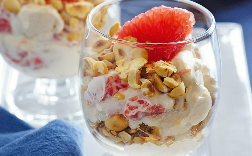 Baltais deserts ar greipfrūtu un zefīru