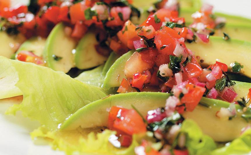 Avokado ar tomātu salsu recepte