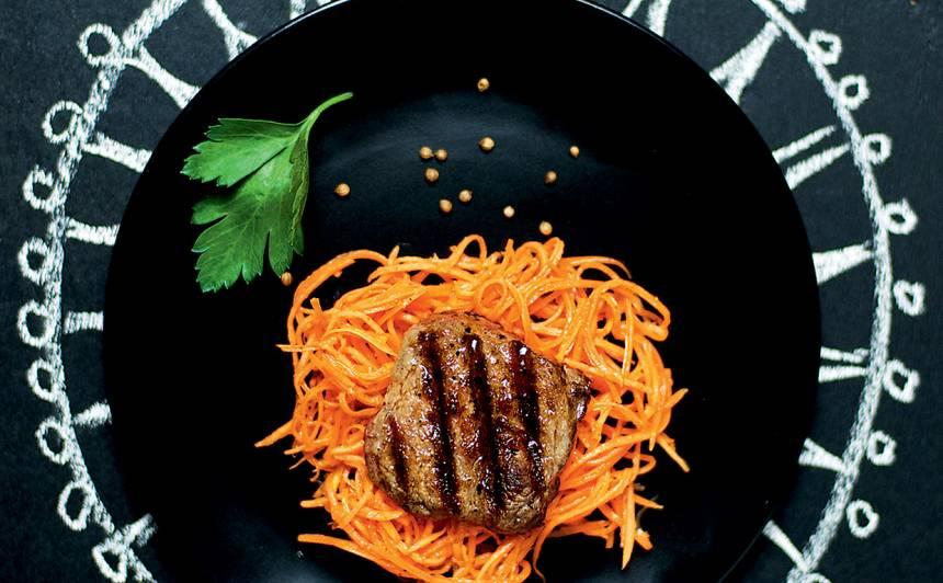 Liellopa steiks ar pikantajiem burkānu salātiem