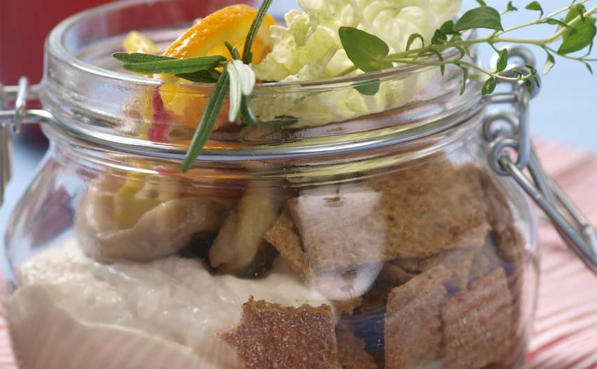 Siļķu filejas ar sausmaizīšu salātiem recepte