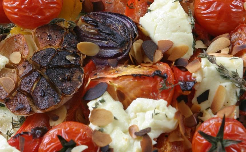Tomātīgais sacepums ar fetaki un mandeļu skaidiņām recepte