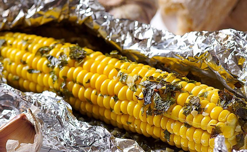 Folijā un sviestā cepta kukurūza