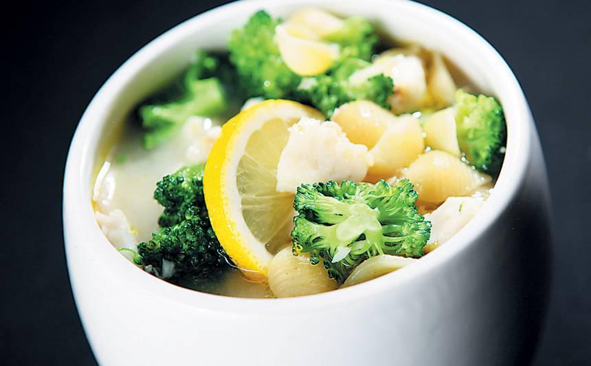 Zivju zupa ar makaroniem un brokoļiem