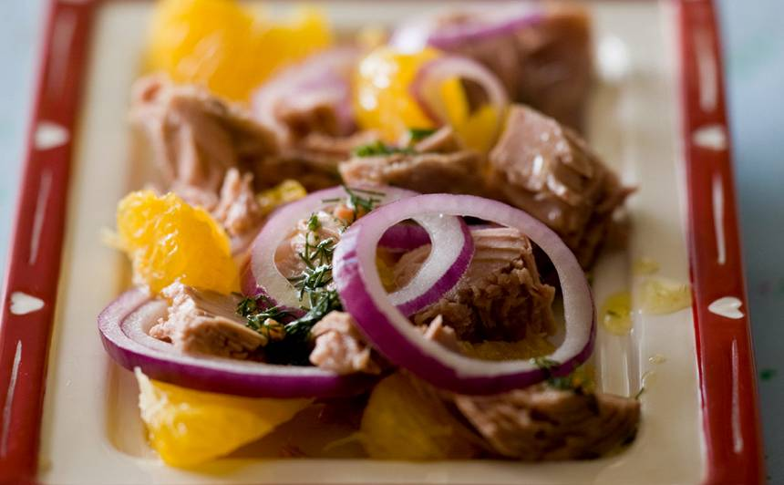 Tunča salāti ar apelsīniem recepte