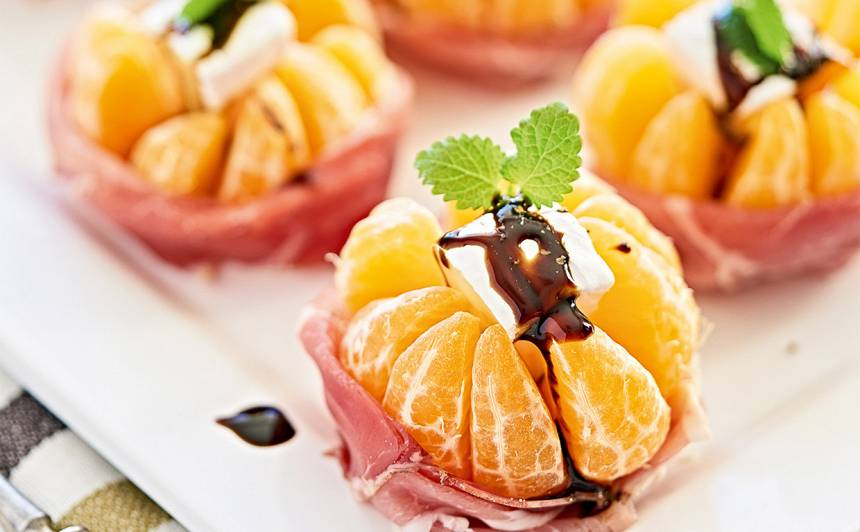 Uzkodas ar kamamberu un mandarīniem