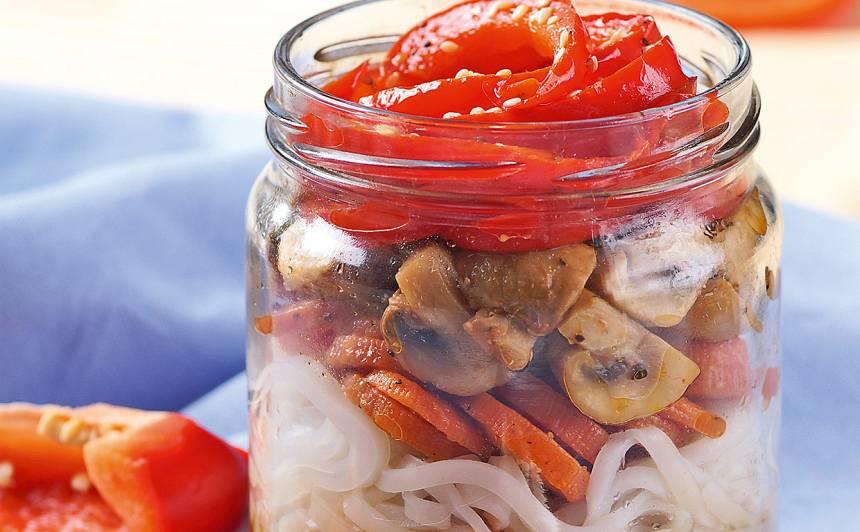 Dārzeņu salāti ar rīsu nūdelēm recepte