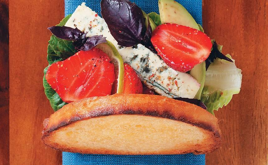 Karstmaize ar zemenēm un zilo sieru receptes