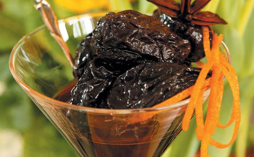 Melnās plūmes vīna sīrupā recepte