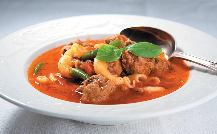 Frikadeļu zupa itāliešu gaumē