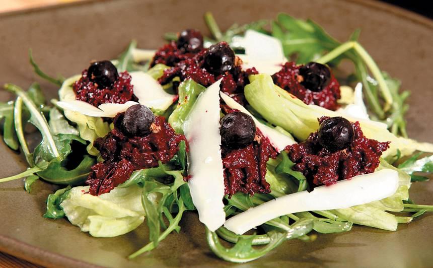 Mežloku un dīgstu salāti ar biešu mērci recepte