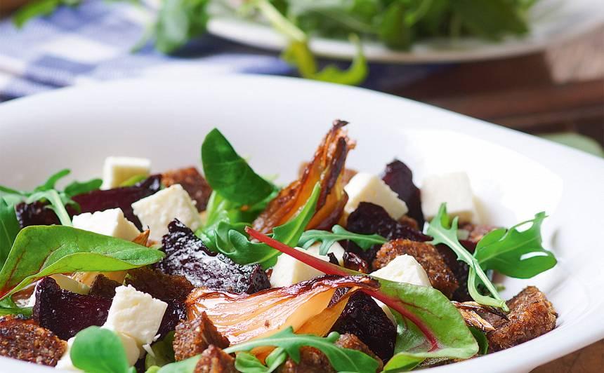 Biešu salāti ar fetu un grauzdiņiem recepte