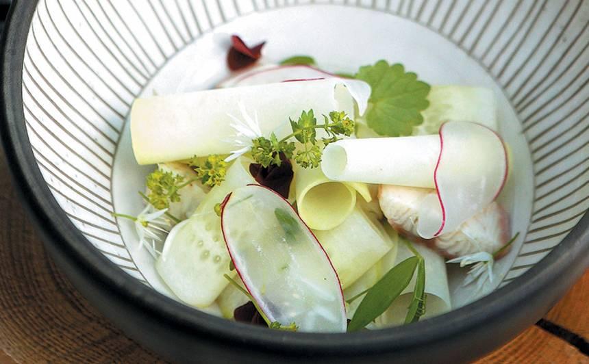 Pavasara zaļumu aukstā zupa ar zivi un gārsas eļļu recepte
